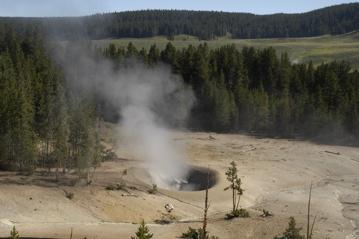 Yellowstone nr sulphur cauld.jpg